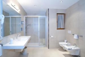 A bathroom at Hotel Vernel