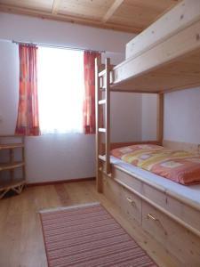 Ein Etagenbett oder Etagenbetten in einem Zimmer der Unterkunft Ferienwohnung Innerlipper