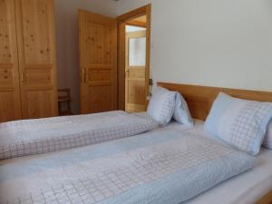 Ein Bett oder Betten in einem Zimmer der Unterkunft Ferienwohnung Innerlipper