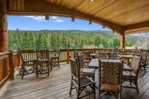 A restaurant or other place to eat at Rainbow Ranch Lodge