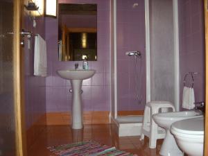 A bathroom at Moradias Douro Internacional