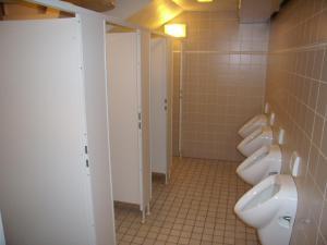 A bathroom at Jugendgästehaus St.-Michaels-Heim