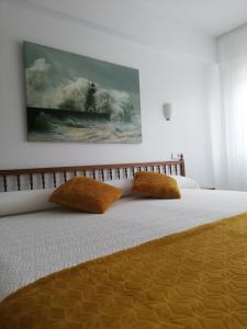 A bed or beds in a room at Hostal Pereiriña