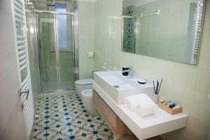A bathroom at Gli Archi dei Diavoli