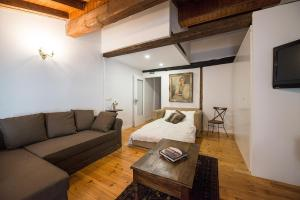 A seating area at Heart of Pamplona Apartments I