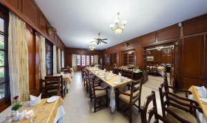 A restaurant or other place to eat at Vivanta Sawai Madhopur Lodge