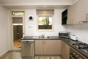 A kitchen or kitchenette at Shepparton Lakeside Serviced Apartment