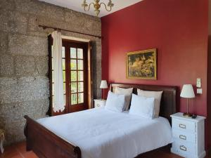 A bed or beds in a room at Quinta do Sorilhal