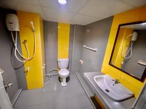 A bathroom at Pasawang Hotel (โรงแรมภาสว่าง)