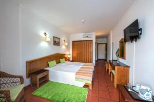 A bed or beds in a room at Colina do Mar