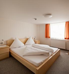 Кровать или кровати в номере Pension Zum Löwen