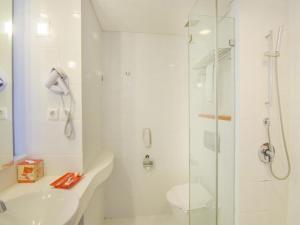 A bathroom at HARRIS Hotel and Conventions Denpasar Bali