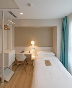 A bed or beds in a room at La Lonja