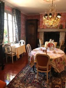 A restaurant or other place to eat at Manoir des Lions de Tourgéville