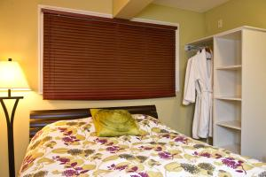 A bed or beds in a room at Auberge Kicking Horse Guest House