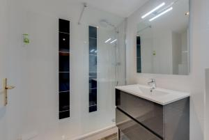 A bathroom at Residhotel Les Coralynes