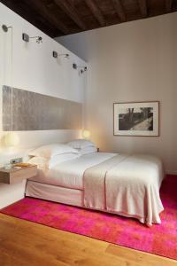 Letto o letti in una camera di Hotel Neri – Relais & Chateaux