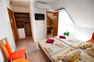 Ein Bett oder Betten in einem Zimmer der Unterkunft Fehér Hajó Panzió és Vendéglő