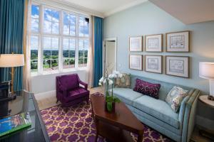 Uma área de estar em Biltmore Hotel