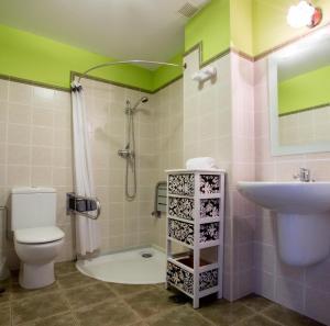 Un baño de Apartamentos Rurales Los Pontigos