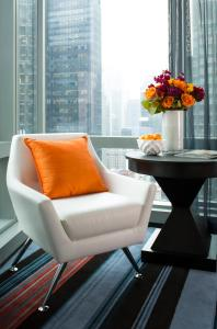 A seating area at Courtyard by Marriott New York Manhattan/Central Park