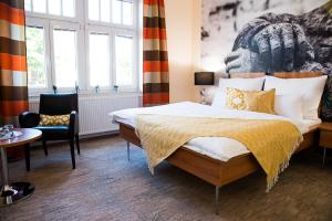 A bed or beds in a room at Hotel Golf Garni