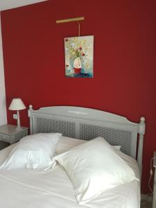 A bed or beds in a room at Tulip Inn Honfleur Residence