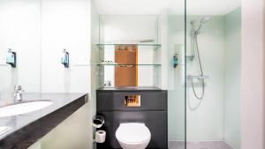 A bathroom at Holiday Inn London Luton Airport, an IHG Hotel