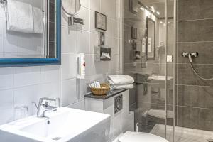 A bathroom at ALL-INN Hotel Frankfurt