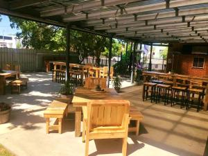 A restaurant or other place to eat at Riverina hotel