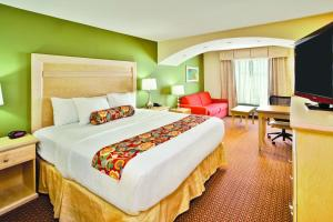 A bed or beds in a room at La Quinta by Wyndham Rochester Mayo Clinic Area South