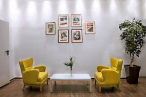 A seating area at ALL-INN Hotel Frankfurt
