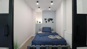 A bed or beds in a room at Niron Apartament Piekarska