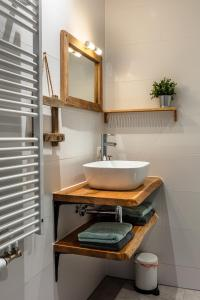 A bathroom at Herberg Binnen