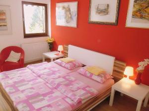 Een bed of bedden in een kamer bij Apartments Kestenovi Dvori