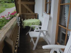 Ein Balkon oder eine Terrasse in der Unterkunft Complete wooden Apartment in Brandenberg with terrace