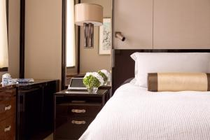 Een bed of bedden in een kamer bij The Peninsula Hong Kong