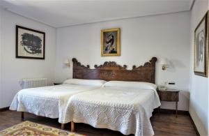 A bed or beds in a room at Hotel Los Infantes