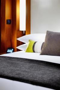 A bed or beds in a room at JW Marriott Marquis Hotel Dubai