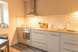 A kitchen or kitchenette at Moulin Des Comtes - Gite D'Leau