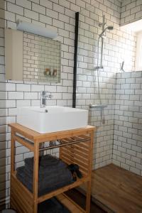 A bathroom at Moulin Des Comtes - Gite D'Leau
