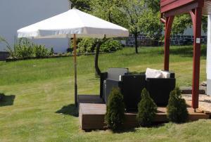 A garden outside Ferienhaus zur schönen Aussicht