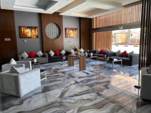 Uma área de estar em Q Suites Jeddah by EWA