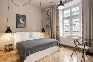 A bed or beds in a room at Relaks Apartamenty
