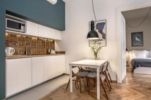 A kitchen or kitchenette at Relaks Apartamenty