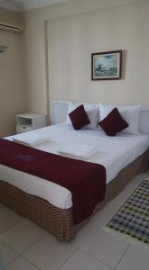 A bed or beds in a room at Victoria Suite Hotel & Spa