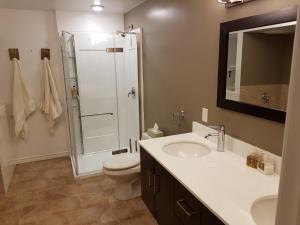 A bathroom at SpringBreak Flower Farm