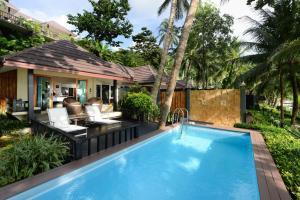 Бассейн в Andaman White Beach Resort - SHA Plus или поблизости