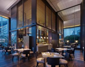 A restaurant or other place to eat at Grand Hyatt Hong Kong