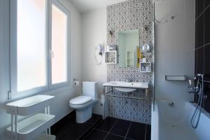 A bathroom at Hôtel Mademoiselle